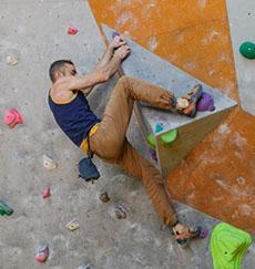 足の力を使って登るボルダリング