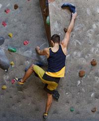 はしごを登るイメージのボルダリング
